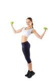 Cuerpo completo de la mujer alegre en desgaste de la aptitud que ejercita con pesas de gimnasia Fotos de archivo libres de regalías