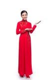 Cuerpo completo de la mujer vietnamita encantadora en Ao Dai Traditional Dre Fotografía de archivo