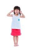 Cuerpo completo del niño que pone el finger en sus oídos Aislado en blanco fotografía de archivo