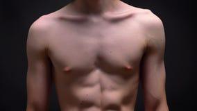Cuerpo con las tetas al aire apto del deportista caucásico que coloca el iat recto la cámara en encariñado negro almacen de video