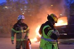 Cuerpo de bomberos que apaga el fuego del coche Fotos de archivo libres de regalías