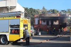 Cuerpo de bomberos que asiste al fuego en el señorío de Cato, Durban Fotografía de archivo