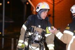Cuerpo de bomberos que pone hacia fuera incendio provocado Imagen de archivo libre de regalías