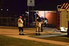 Cuerpo de bomberos que pone hacia fuera incendio provocado Foto de archivo
