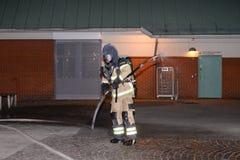 Cuerpo de bomberos que pone hacia fuera incendio provocado Fotografía de archivo libre de regalías