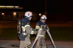 Cuerpo de bomberos que pone hacia fuera incendio provocado Imágenes de archivo libres de regalías