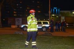 Cuerpo de bomberos que pone hacia fuera incendio provocado Fotografía de archivo