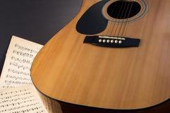 Cuerpo de la guitarra con música de la guitarra Imagenes de archivo