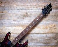 Cuerpo de la guitarra eléctrica en fondo del tablero de madera Fotografía de archivo libre de regalías