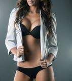 Cuerpo de la mujer atractiva magnífica en ropa interior negra y la chaqueta blanca Imagenes de archivo
