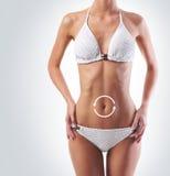 Cuerpo de la mujer joven y hermosa en un fondo ligero Imagen de archivo