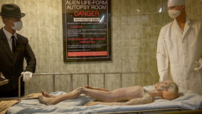 Cuerpo de la víctima de un accidente extranjera en el museo del UFO y el R internacionales Imagen de archivo libre de regalías