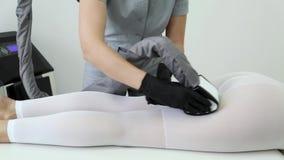 Cuerpo de procedimientos cosmético que forma la clínica de la belleza de las anti-celulitis del masaje de la mujer almacen de video