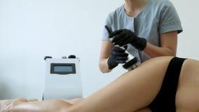 Cuerpo de procedimientos cosm?tico que forma la cl?nica de la belleza de las anti-celulitis del masaje de la mujer almacen de metraje de vídeo