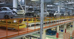Cuerpo del coche en la asamblea moderna del transportador de coches en la planta proceso de generación automatizado de la carroce metrajes