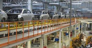 Cuerpo del coche en la asamblea moderna del transportador de coches en la planta proceso de generación automatizado de la carroce almacen de metraje de vídeo