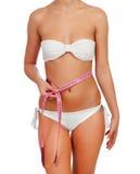 Cuerpo femenino sensual con el bikini y la cinta métrica Fotografía de archivo