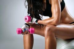 Cuerpo femenino sudoroso después del ejercicio Fotos de archivo libres de regalías