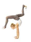 Cuerpo flexible que se coloca en los brazos, stretchin de entrenamiento de la mujer del gimnasta Imagen de archivo libre de regalías