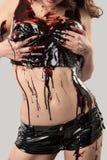 Cuerpo hermoso joven de la mujer cubierto con el chocolate oscuro Imagenes de archivo