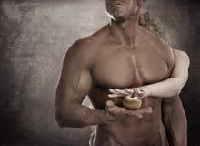 Cuerpo masculino hermoso Pares que sostienen la manzana en manos Concepto Adán fotografía de archivo