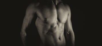 Cuerpo masculino muscular irreconocible Fotografía de archivo libre de regalías