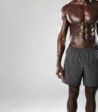 Cuerpo muscular africano joven del hombre foto de archivo libre de regalías