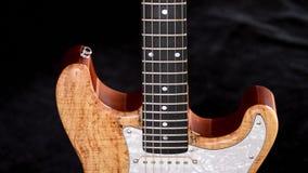 Cuerpo y fingerboard de la guitarra eléctrica que giran metrajes