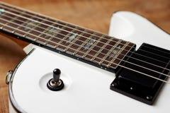 Cuerpo y fretboard de la guitarra eléctrica moderna imagen de archivo
