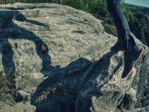 Cuerpo y sombra del corredor en roca de la piedra arenisca Hombre corriente fotografía de archivo