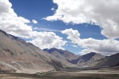 Cuerpos del ofiolito de los colores oscuros que forman las montañas hermosas en ladkah Imagen de archivo