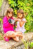 Cuervo y dos niñas Fotos de archivo