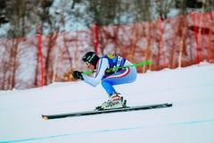 Cuesta abajo de corredor del hombre de la montaña en los esquís durante la taza rusa en el esquí alpino Fotos de archivo