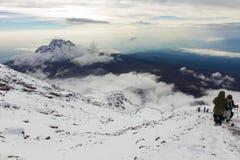 Cuesta abajo de la cumbre de Kilimanjaro Foto de archivo