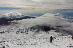 Cuesta abajo de la cumbre de Kilimanjaro Imagen de archivo