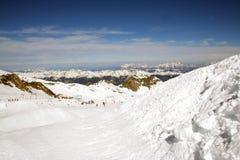 Cuesta alpestre del esquí fotos de archivo