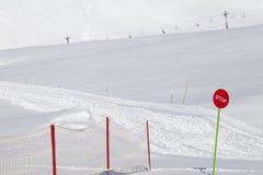 Cuesta cerrada del esquí con la muestra de la parada Imagen de archivo libre de regalías