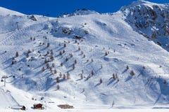 Cuesta con los rastros de esquí Fotografía de archivo