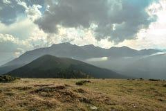 Cuesta d Aspin del paso de Aspin en verano Este paso es una de las señales icónicas de las montañas de los Pirineos en Francia Foto de archivo
