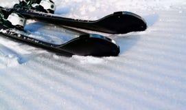 Cuesta de la mañana con las bandas acanaladas después de pasar el snowcat Fotos de archivo libres de regalías