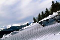 Cuesta de la mañana con las bandas acanaladas después de pasar el snowcat Imagenes de archivo