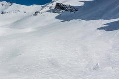 Cuesta de montaña con las pistas del esquí Foto de archivo