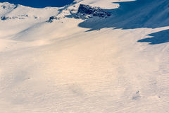 Cuesta de montaña con las pistas del esquí Fotografía de archivo libre de regalías