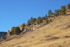 Cuesta de montaña con Outcroppings rocosos imágenes de archivo libres de regalías