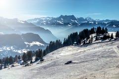 Cuesta del esquí de la montaña del invierno Foto de archivo libre de regalías