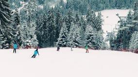 Cuesta del esquí de la montaña y telesilla alpina en Polonia, las montañas de Tatra almacen de video