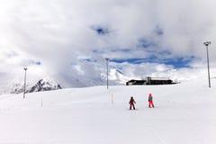 Cuesta del esquí en día nublado Imagenes de archivo