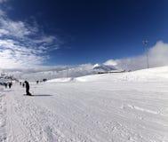 Cuesta del esquí en el día del viento del sol Fotos de archivo