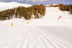 Cuesta del esquí en las montañas caucásicas Imágenes de archivo libres de regalías