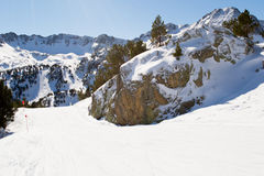 Cuesta del esquí en montañas Foto de archivo